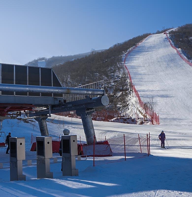 snowpark-skilifts-ski-track
